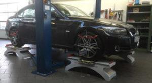 Achsvermessung eines Autos in der KFZ-Werkstatt