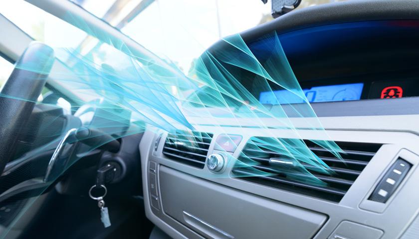 Klimaanlage in einem Auto strömt Luft aus