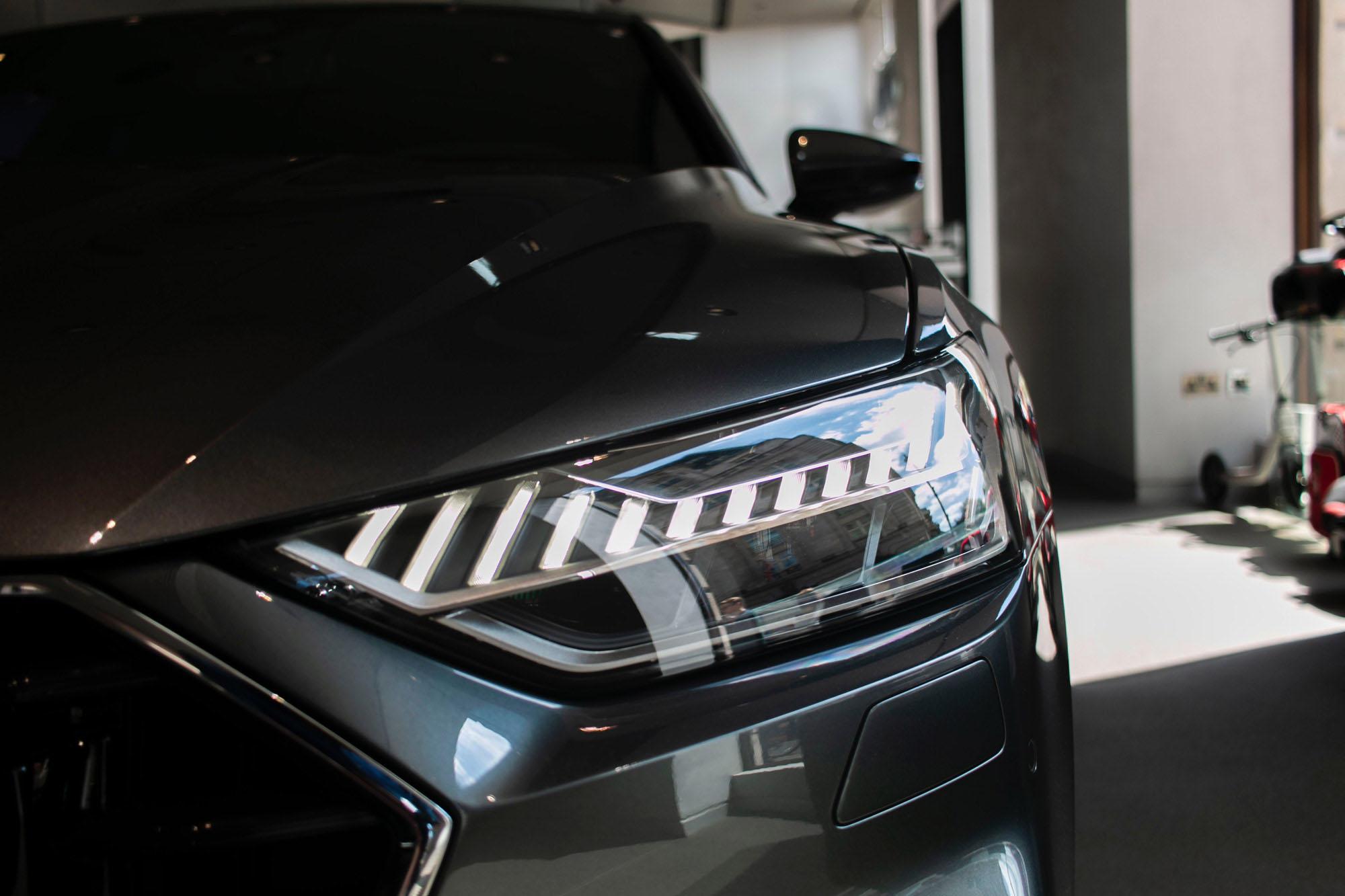 Xenon Scheinwerfer eines grauen Autos in der Nahaufnahme