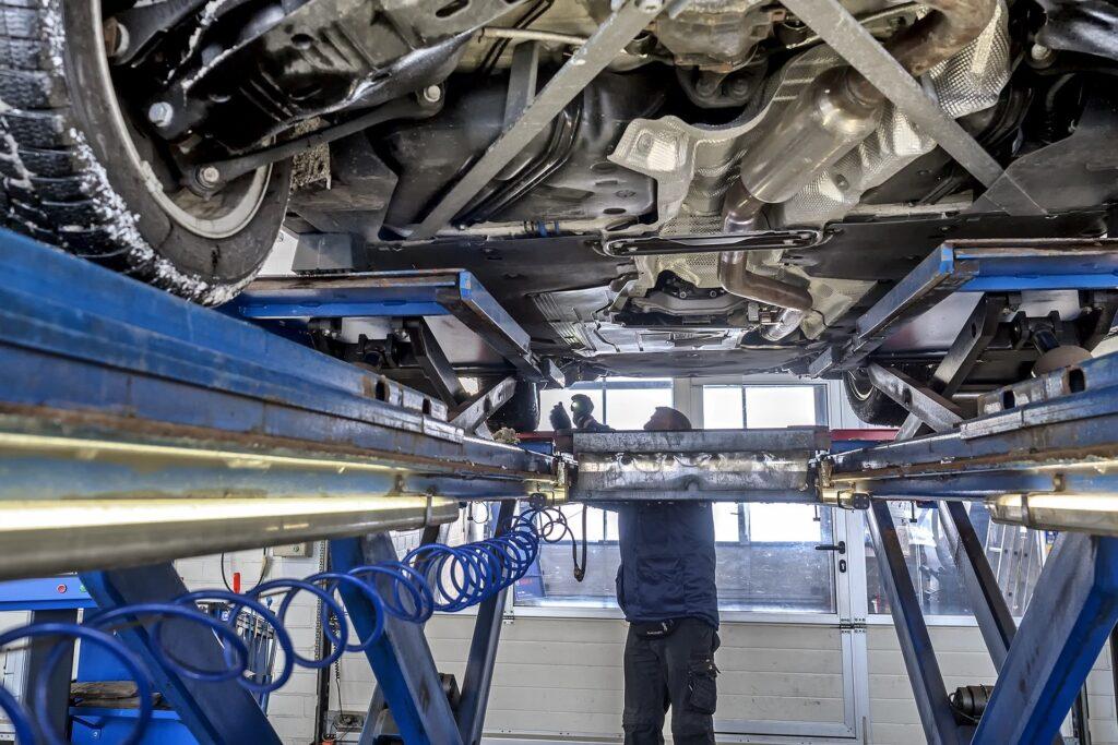 Hauptuntersuchung eines Autos in einer KFZ Werkstatt