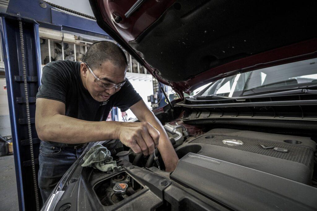 Auto beim Ölwechseln im Rahmen vom Auto Service