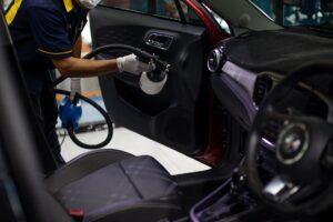 Professionelle Reinigung des Innenraums eines Autos