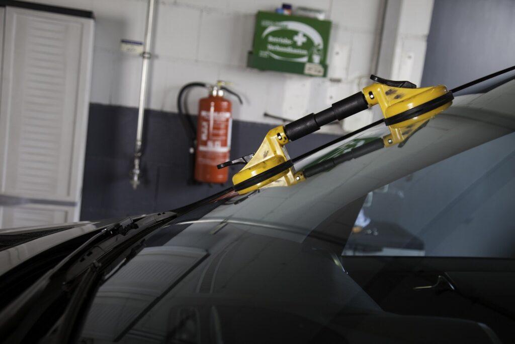 Windschutzscheibe eines Autos wird ausgetauscht
