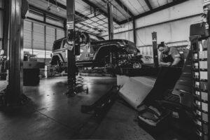 Reparatur / Inspektion eines Jeeps