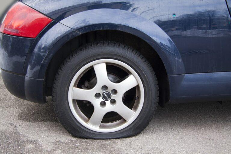Auto mit einem platten Reifen hinten rechts