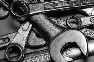 Schraubenschlüssel in verschiedenen Größen in einer Autowerkstatt