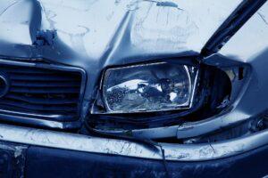 Auto mit Unfallschaden am Scheinwerfer & Karosserie, benötigt eine Instandsetzung